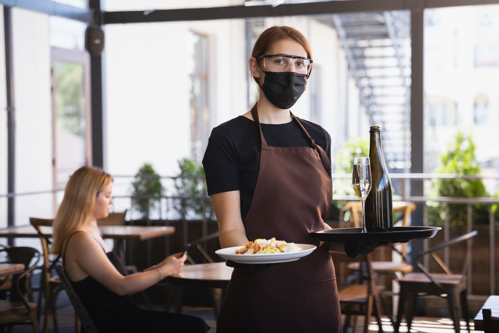 garçonete proteção atendendo clientes