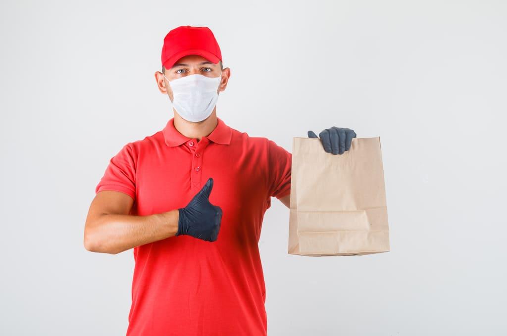 entregador com sacola