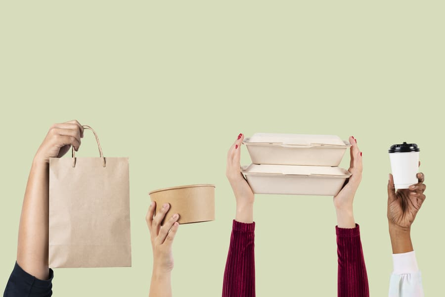 5 mãos segurando 4 tipos de embalagens diferentes.